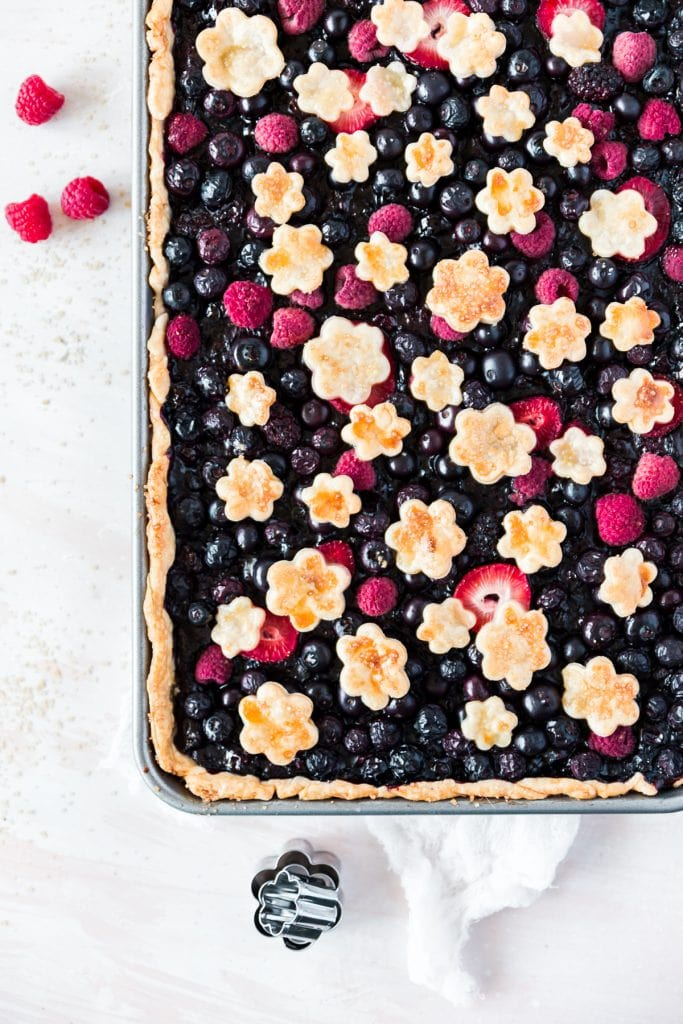 Perfect Recipe for Entertaining: Mixed Berry Slab Pie - Feeds 16 #recipe #partyrecipe #Entertaining #Springrecipe